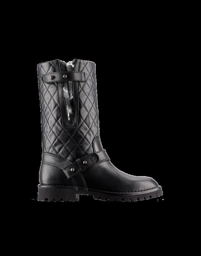Du cuir matelassé pour ces boots au look biker chez Chanel (960 €)